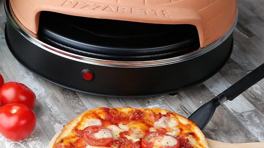 Pizzarette auf der oberen Hälfte des Bildes. Auf der unteren Hälfte ist eine Pizza zu sehen